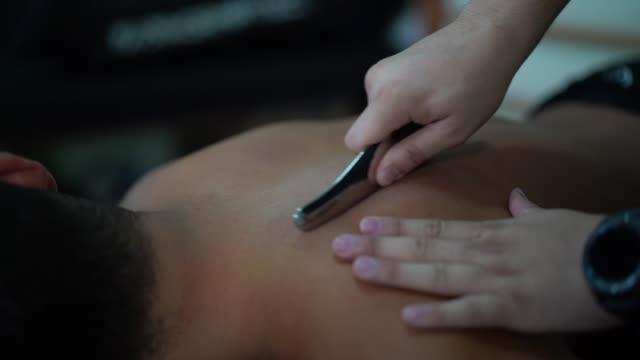 vidéos et rushes de athlète obtenir la thérapie physique - chiropracteur