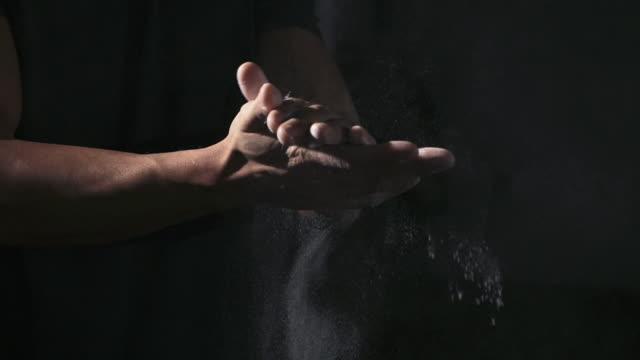 stockvideo's en b-roll-footage met atleet handen toepassing van sportschool krijt - talk