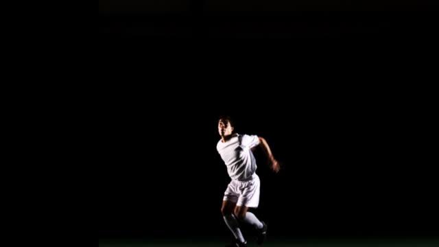 sportler heads fußball. - geköpft stock-videos und b-roll-filmmaterial