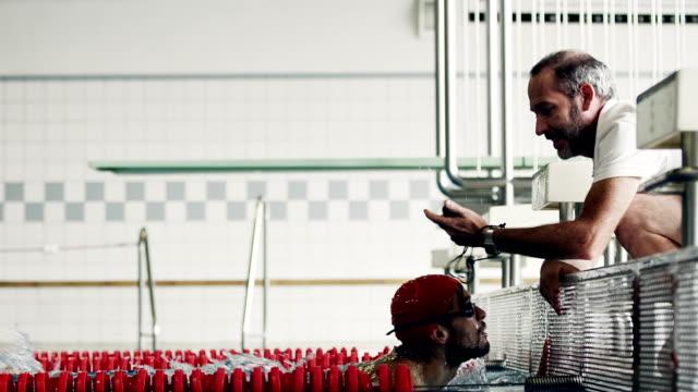 sport in acqua - allenatore video stock e b–roll