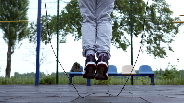 athlete jumping rope on the sports ground - campo gravitazionale video stock e b–roll
