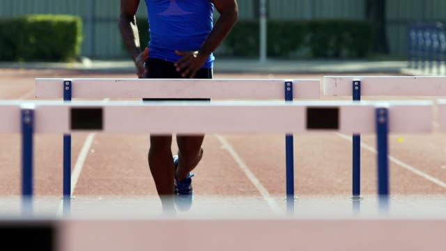 vídeos y material grabado en eventos de stock de atleta corriendo carreras de obstáculo, temple fuerza y resistencia en competencia - valla artículos deportivos