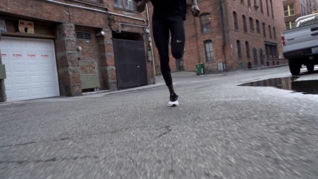 athlet läuft durch die städtischen innenstadt - schuhwerk videos stock-videos und b-roll-filmmaterial