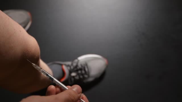 doping: atlet bir bacak kendini bir enjeksiyon alır - doping stok videoları ve detay görüntü çekimi