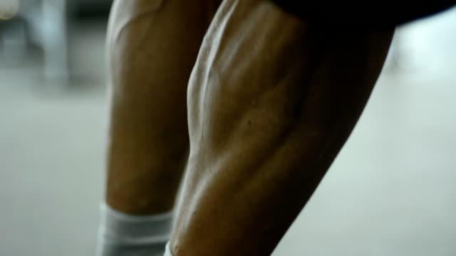 vídeos de stock e filmes b-roll de athlete trains leg muscles - perna