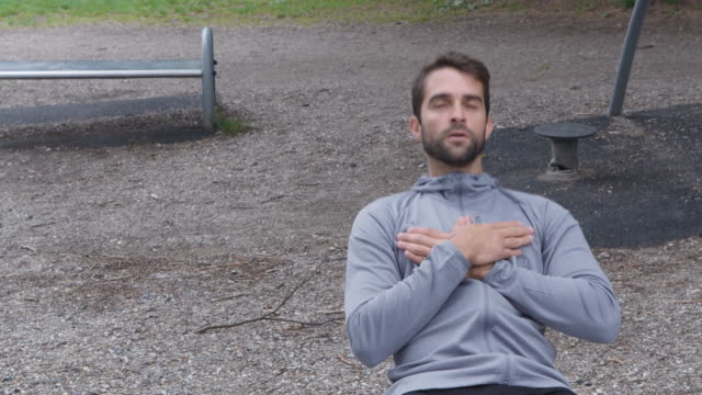 Athlete Using Outdoor Gym To Crunch Abs Medium Lockdown Shot Of Athlete Using Outdoor Gym To Crunch Abs, Front View bodyweight training stock videos & royalty-free footage