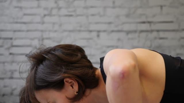 アスレチック美しい女性は彼女のクロスフィットネスの一部として腕立て伏せを行います, ボディービルジムトレーニングルーチン.サイド ビューを閉じる - スポーツ用品点の映像素材/bロール