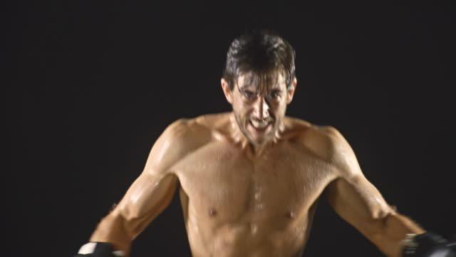 athletic male boxing slow-motion - napinać mięśnie filmów i materiałów b-roll