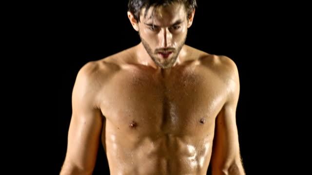 sportowy mężczyzna boks slow motion - napinać mięśnie filmów i materiałów b-roll