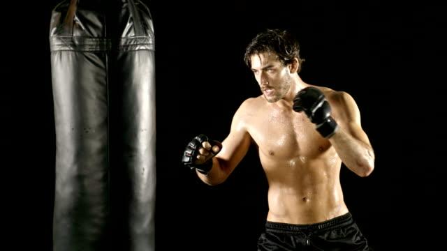 Athletic hombre de boxeo cámara lenta - vídeo