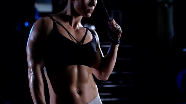 vidéos et rushes de femme musculaire athlétique posant à la gymnastique - body building