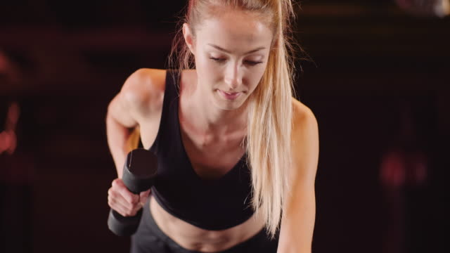 athletische frau tun zurück training im fitnessstudio - menschlicher rücken stock-videos und b-roll-filmmaterial