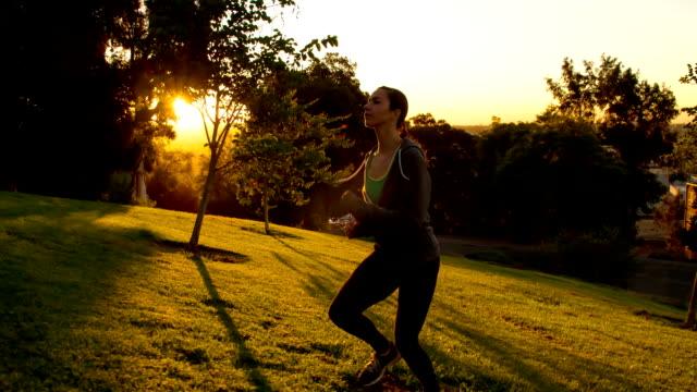 atletisk kvinna kör slow-motion - jogging hill bildbanksvideor och videomaterial från bakom kulisserna