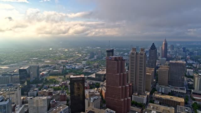 atlanta aerial v446 panorering hög stadsbild midtown och utsikt över centrum med solljus - skyline bildbanksvideor och videomaterial från bakom kulisserna