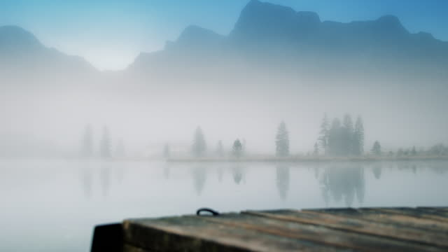 atmosferyczne mglisty góra jezioro rano (4k - getty filmów i materiałów b-roll