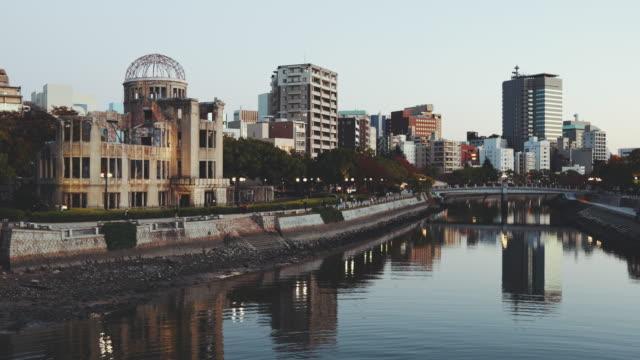 atom bombası dome hiroshima cityscape twilight, japonya - hiroshima stok videoları ve detay görüntü çekimi