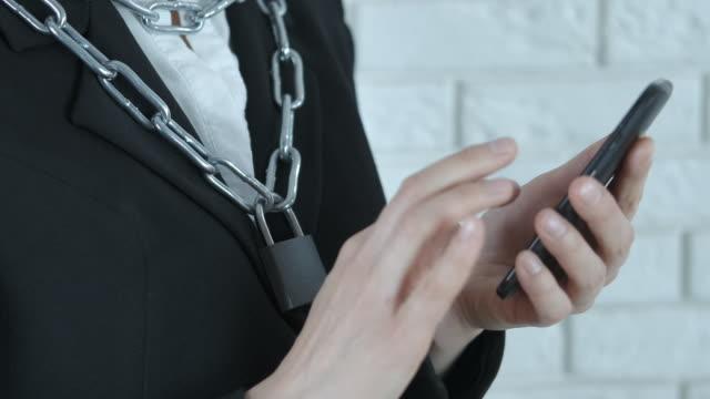 attached to the phone. - русского происхождения стоковые видео и кадры b-roll