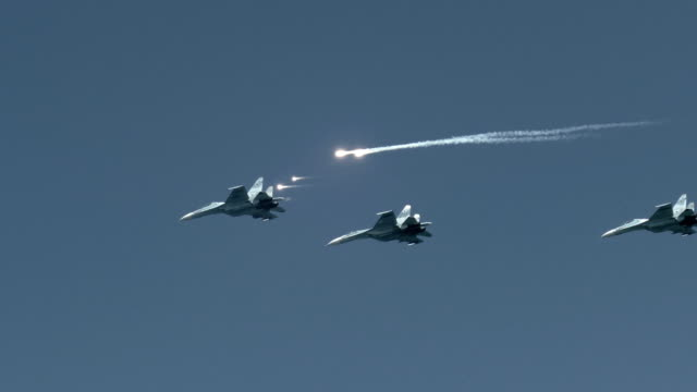 Bидео attack aircraft in the sky