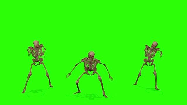yeşil ekran arka plan üzerinde iskeletler saldıran. cadılar bayramı konsepti. - i̇nsan i̇skeleti stok videoları ve detay görüntü çekimi