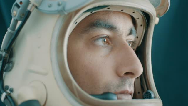 ritratto attento dell'astronauta - campo gravitazionale video stock e b–roll