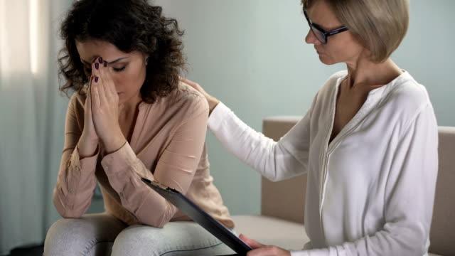 Psychologue attentif réconfortant patiente déprimée, problèmes familiaux - Vidéo