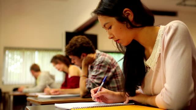 学生の行き届いたシッティングエリア、イグザムのスクール形式 - 高等学校点の映像素材/bロール