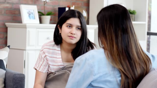 細心的少女聽她的媽媽給她的建議 - 父母 個影片檔及 b 捲影像