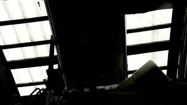 dachgeschoß hideout skaten, weiteinstellung - dachboden stock-videos und b-roll-filmmaterial