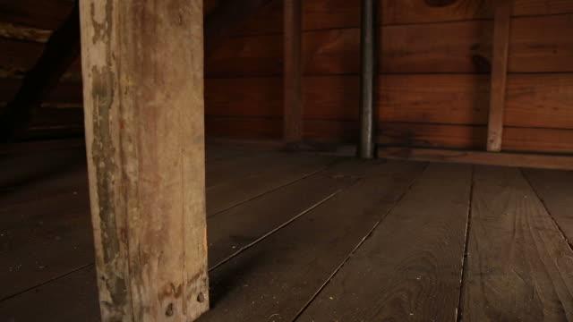dachgeschoß zoomen und schwenken - dachboden stock-videos und b-roll-filmmaterial