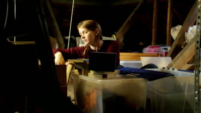 dachgeschoß suche li co - dachboden stock-videos und b-roll-filmmaterial