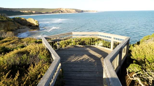 Attis point lookout sur la Great Ocean Road au coucher du soleil en Australie, panoramique coup - Vidéo