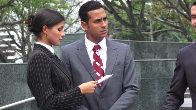vídeos de stock, filmes e b-roll de advogado, servindo de documentos legais para defendents com raiva - assistente jurídico