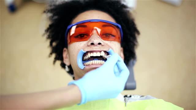 vídeos y material grabado en eventos de stock de attractive african american woman paciente en clínica dental - ortodoncista