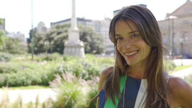 vidéos et rushes de dame argentine attirante en stationnement - 40 44 ans