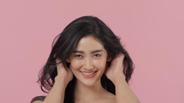 stockvideo's en b-roll-footage met aantrekkelijke aziatische vrouw gooien haar lange, golvende haren. - hair woman