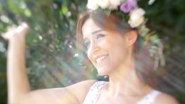 彼女のウェディング ドレスでポーズをとって魅力的な花嫁 - ウェディングファッション点の映像素材/bロール