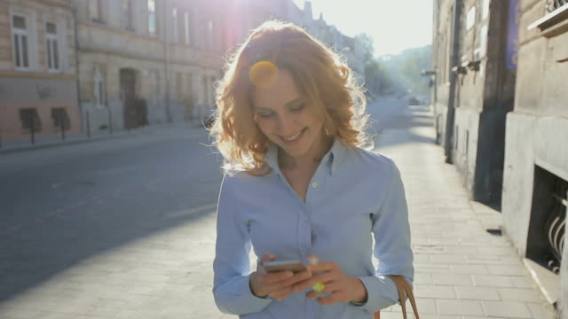 stockvideo's en b-roll-footage met aantrekkelijke zakelijke vrouw commuter gebruikend smartphone wandelen in de stad - business woman phone
