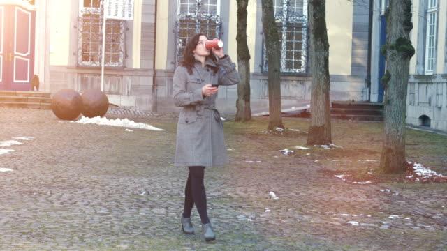 Séduisante femme d'affaires avec son smartphone en plein air - Vidéo