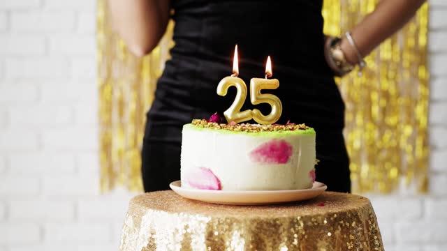 attraktiv vit kvinna i svart festklänning belysning 25 födelsedag ljus på tårta - 25 29 år bildbanksvideor och videomaterial från bakom kulisserna