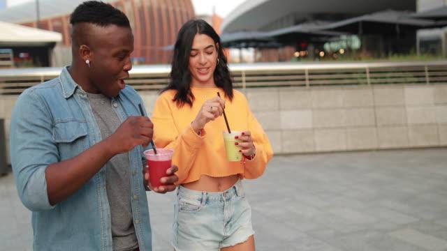 vídeos y material grabado en eventos de stock de atractiva pareja cata orgánica jugos al aire libre - zumo