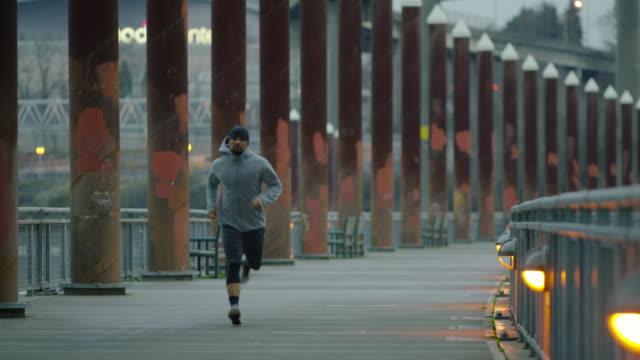 привлекательные этнических мужчин осуществлении/running на свежем воздухе - филиппинского происхождения стоковые видео и кадры b-roll