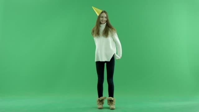 魅力的な幸せな若い女性の踊り、背景にクロマキー - サンタの帽子点の映像素材/bロール