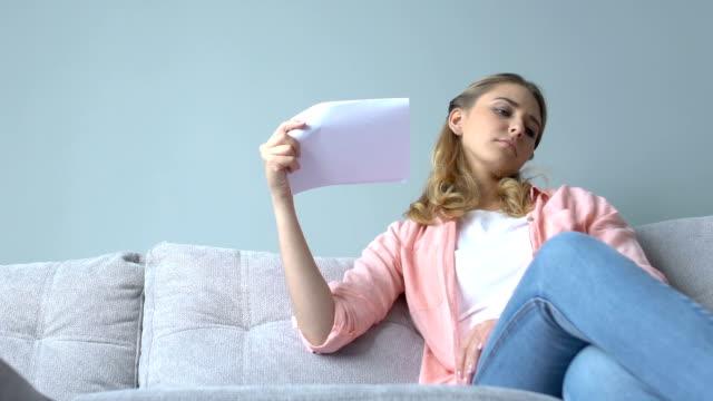 attraktiv lady feeling hot fläkt med pappersark, luftkonditioneringssystem - kvinna ventilationssystem bildbanksvideor och videomaterial från bakom kulisserna
