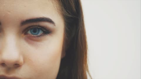 vídeos de stock e filmes b-roll de attractive lovely young girl with big beautiful eyes is looking at the camera. - castanho