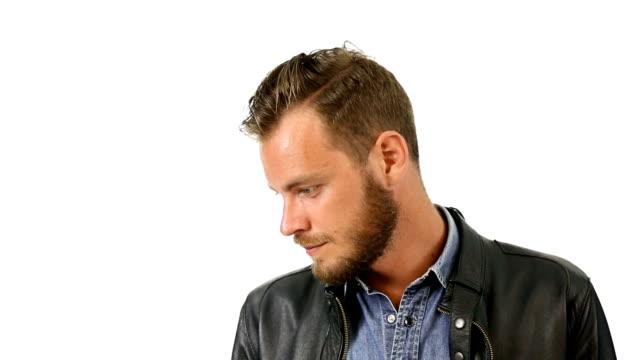Hombre atractivo en chaqueta de cuero negro - vídeo