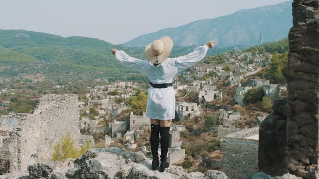 vídeos y material grabado en eventos de stock de atractiva mujer bonita en sombrero de paja. mujer viajera - brazo humano