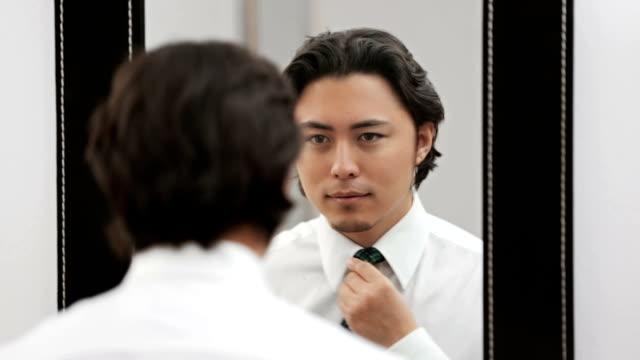 Attrayant donner sa cravate dans le miroir - Vidéo