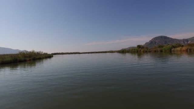 """attraktiv utsikt över """"dalyan"""" flod i """"dalyan"""" town/mugla mugla/kalkon 11/27/2018 - turistbåt bildbanksvideor och videomaterial från bakom kulisserna"""