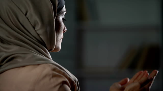 魅力的な女性はヒジャーブの祈りイスラム文化の感謝祭、手を上げるの - モスク点の映像素材/bロール