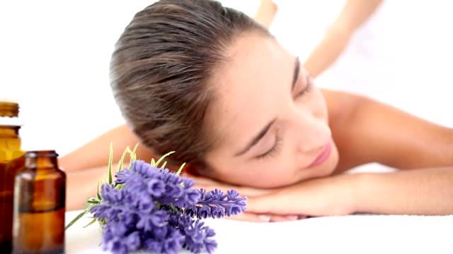 Atractiva mujer recibiendo un masaje de espalda en el centro de spa - vídeo
